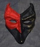 Venetianisch-ähnliche schwarze und rote Maske stockfotos