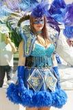 Venetianische blaue Kostüme, schönes Mädchen, das in die Straße vorführt Stockbilder