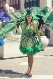 Venetianische grüne Kostüme, schönes Mädchen, das in die Straße vorführt stockfotografie
