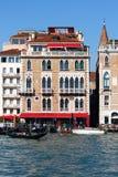 Venetianische Hotelfassade mit Fenstern, Ponton und Wasser Lizenzfreie Stockbilder