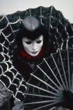 Venetianische Karnevals-Zahl in einem Schwarz- und Silberkostüm und in der Maske Venedig Italien Stockbilder
