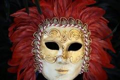 Venetianische Karnevalsmaske mit Feder Stockfoto