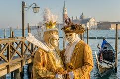 Venetianische Kostüme und Masken lizenzfreies stockbild