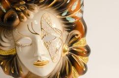 Venetianische Maske des handgemachten Karnevals gemacht von Porzellankeramischem lokalisiert über weißem Hintergrund Stockfotografie