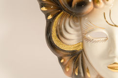 Venetianische Maske des handgemachten Karnevals gemacht von Porzellankeramischem lokalisiert über weißem Hintergrund Lizenzfreie Stockbilder