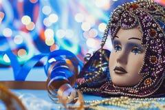 Venetianische Maske des traditionellen weiblichen Karnevals auf bokeh Hintergrund Maskerade, Venedig, Mardi Gras, Brasilien-Konze lizenzfreies stockfoto