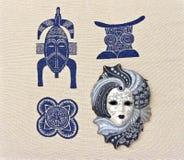 Venetianische Maske ist auf dem Gewebe mit afrikanischen Motiven Stockfotos