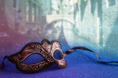 venetianische Maske vor undeutlichem Venedig Lizenzfreies Stockfoto