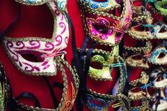 Venetianische Masken in den Reihen Lizenzfreies Stockbild