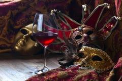 Venetianische Masken und Rotwein Lizenzfreies Stockfoto