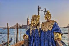 Venetianische verkleidete Paare Stockfotos