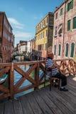 Venetianischer Bootsfahrer sitzt auf der Brücke Lizenzfreie Stockbilder