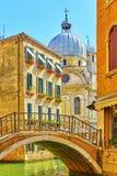 Venetianischer Kanal mit Brücke lizenzfreie stockbilder
