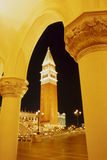 Venetianischer Kontrollturm in der Nacht Stockbild