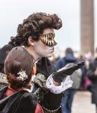 Venetianischer Kuss - Venedig-Karneval 2014 lizenzfreies stockbild