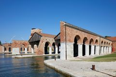 Venetianisches Arsenal mit Docks und Säulengang in Venedig, Italien lizenzfreie stockfotos