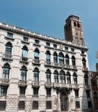 Venetianisches Gebäude mit gestreiften Vorhängen lizenzfreie stockfotografie