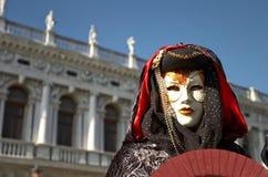 Venetianisches Kostüm nimmt an Karneval von Venedig teil. Lizenzfreies Stockbild