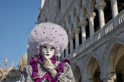 Venetianisches Kostüm nimmt an Karneval von Venedig teil. Stockfotografie