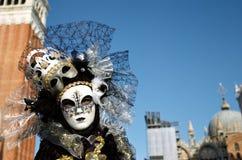 Venetianisches Kostüm nimmt an Karneval von Venedig teil. Lizenzfreies Stockfoto