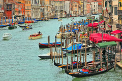 Venetianisches Stadtbild von Rialto-Brücke. Lizenzfreie Stockbilder