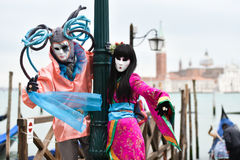 Venetianisches verdecktes Modell vom Venedig-Karneval 2015 mit Gondel Lizenzfreies Stockfoto