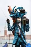 Venetianisches verdecktes Modell vom Venedig-Karneval 2015 mit Gondel Lizenzfreie Stockbilder