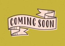 Venez bientôt lettre ou inscription écrite avec la police moderne sur le ruban élégant ou bande d'isolement sur le fond jaune illustration stock