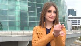 Venez ici faites des gestes par la jeune femme attirante clips vidéos
