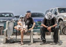 Veneza Beahc, Los Angeles - CERCA do junho de 2014: Dois amigos abrem a exposição de cães na praia de Veneza da costa, cerca do j Imagens de Stock Royalty Free
