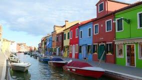 VENEZA, BURANO, ITÁLIA - 7 DE JULHO DE 2018: arquitetura colorida da ilha de Burano Muitas casas coloridas, barcos ao longo da vídeos de arquivo