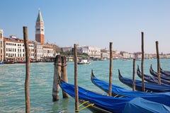 Veneza - canal grandioso e barcos para a igreja Santa Maria della Salute Fotos de Stock Royalty Free