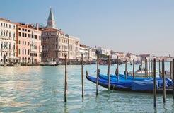 Veneza - canal grandioso e barcos para a igreja Santa Maria della Salute Fotografia de Stock Royalty Free