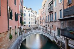 Veneza, construções antigas e água calma no canal, Itália foto de stock