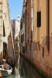 Veneza, construções velhas e ninguém no canal, cena tranquilo em um dia ensolarado em Itália fotos de stock
