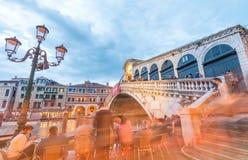 VENEZA - 5 DE ABRIL DE 2014: Turistas perto da ponte de Rialto na noite VE Fotos de Stock Royalty Free