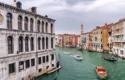 VENEZA - 5 DE ABRIL DE 2014: Turistas perto da ponte de Rialto Veneza é a Foto de Stock