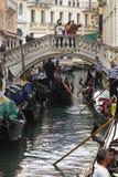 VENEZA - 6 DE MAIO DE 2015: Gôndola do passeio dos turistas, o 6 de maio de 2015 dentro Fotografia de Stock