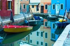 VENEZA, ILHA DE BURANO, ITALY-MAY 12,2014: Ilha de Burano, canal com Foto de Stock Royalty Free