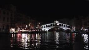 Veneza, iluminação da noite, ponte famosa de Rialto, Itália Vista bonita de Grand Canal na noite Reflexões no filme