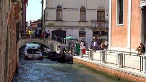 Veneza, Itália - 16 08 2018: Barcos nos canais estreitos de Veneza video estoque