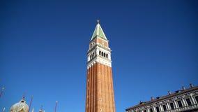 Veneza, Itália - 17 08 2018: Campanile do ` s de St Mark - torre de sino - símbolo de Veneza no quadrado do ` s de St Mark filme