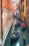 VENEZA, ITÁLIA - 02 23 2019: Caras felizes dos povos nas gôndola em Grand Canal durante o carnaval em Veneza Pares de jovens fotos de stock