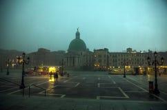 VENEZA, ITÁLIA - 19 DE AGOSTO DE 2016: Fachadas coloridas de construções medievais velhas contra nuvens de tempestade dramáticas Fotos de Stock Royalty Free