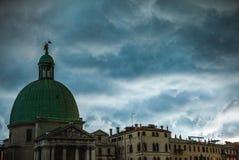 VENEZA, ITÁLIA - 19 DE AGOSTO DE 2016: Fachadas coloridas de construções medievais velhas contra nuvens de tempestade dramáticas  Imagem de Stock Royalty Free