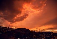 VENEZA, ITÁLIA - 19 DE AGOSTO DE 2016: Fachadas coloridas de construções medievais velhas contra nuvens de tempestade dramáticas  Imagens de Stock