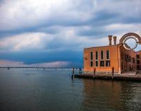 VENEZA, ITÁLIA - 19 DE AGOSTO DE 2016: Vista na arquitetura da cidade de Grand Canal contra nuvens de tempestade um o dia antes d Fotografia de Stock