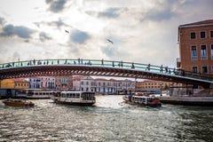 VENEZA, ITÁLIA - 17 DE AGOSTO DE 2016: Vista na arquitetura da cidade e na ponte bonita no canal de Veneza o 17 de agosto de 2016 fotografia de stock