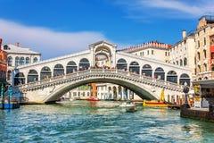 Veneza, Itália - 22 de agosto de 2018: A ponte de Rialto e muitos turistas em um dia de verão fotografia de stock royalty free