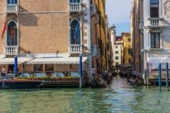 Veneza, Itália - 22 de agosto de 2018: Um canal pequeno de Veneza chamou imagem de stock royalty free